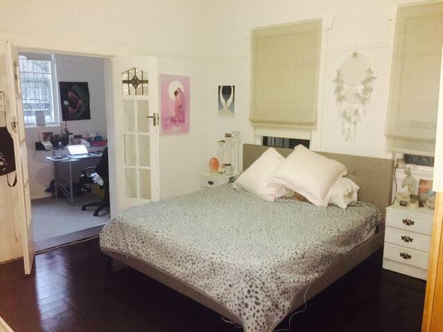 Beautiful BIG room right near City & Bondi! - Randwick - Dům