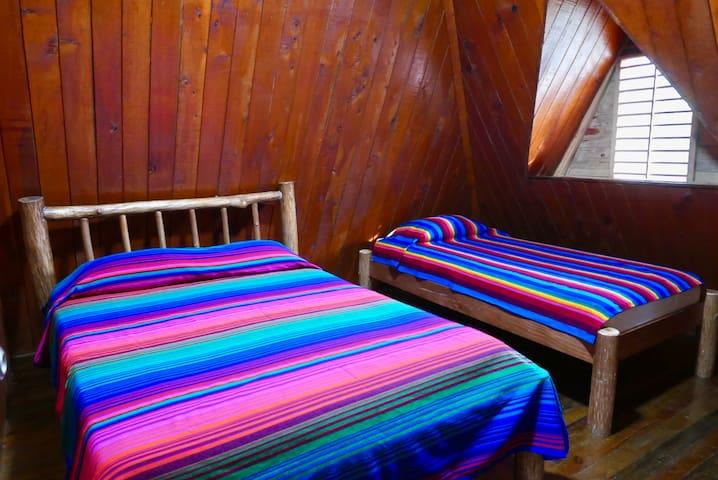 El tercer dormitorio en el segundo piso cuanta con una cama Queen y una imperial