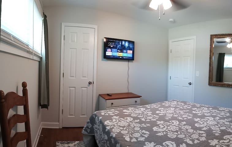 Cozy room near Arrowood light rail station P&R 2