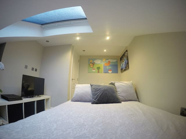 Spare Loft Room with free parking