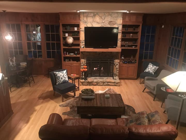 Lake Lanier spacious retreat 20 minutes from TIEC