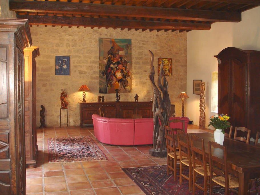 Grande salle de réception avec nombreux tableaux et sculptures