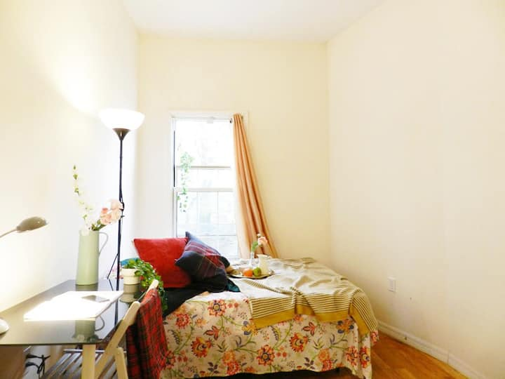 Spacious & Renovated Room in a Brooklyn Townhouse!