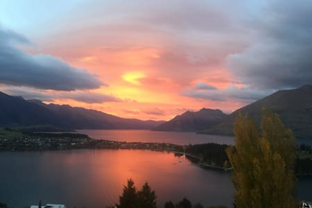 WALK TO TOWN stand alone house with the best views - Queenstown