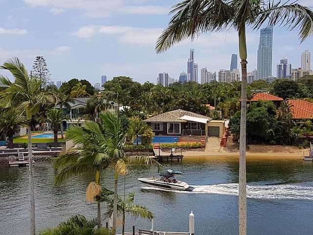 AWESOME BROADBEACH 3 Bedroom Apartment SpaPool 18 - Broadbeach Waters - Huoneisto