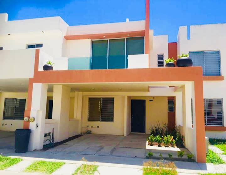 Casa privada y grande. Beautiful Home with Pool.