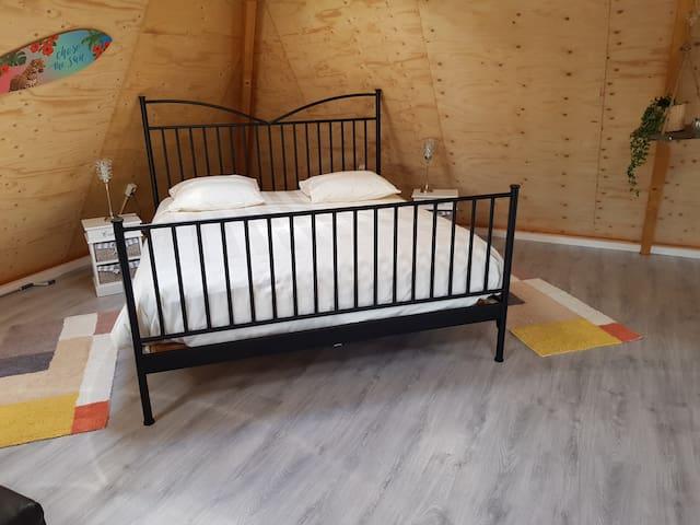 Kingsize bed. Eventueel kinderbedje bij te plaatsen