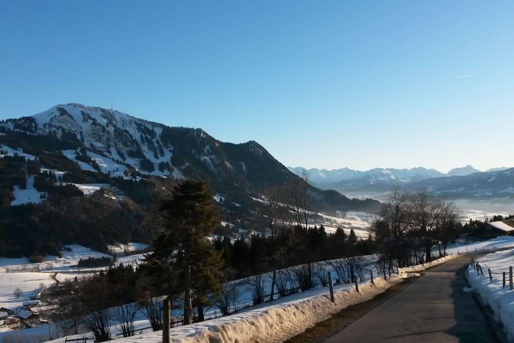 Winterspaziergang mit fantastischem Blick auf den Grünten und die Allgäuer Alpen.