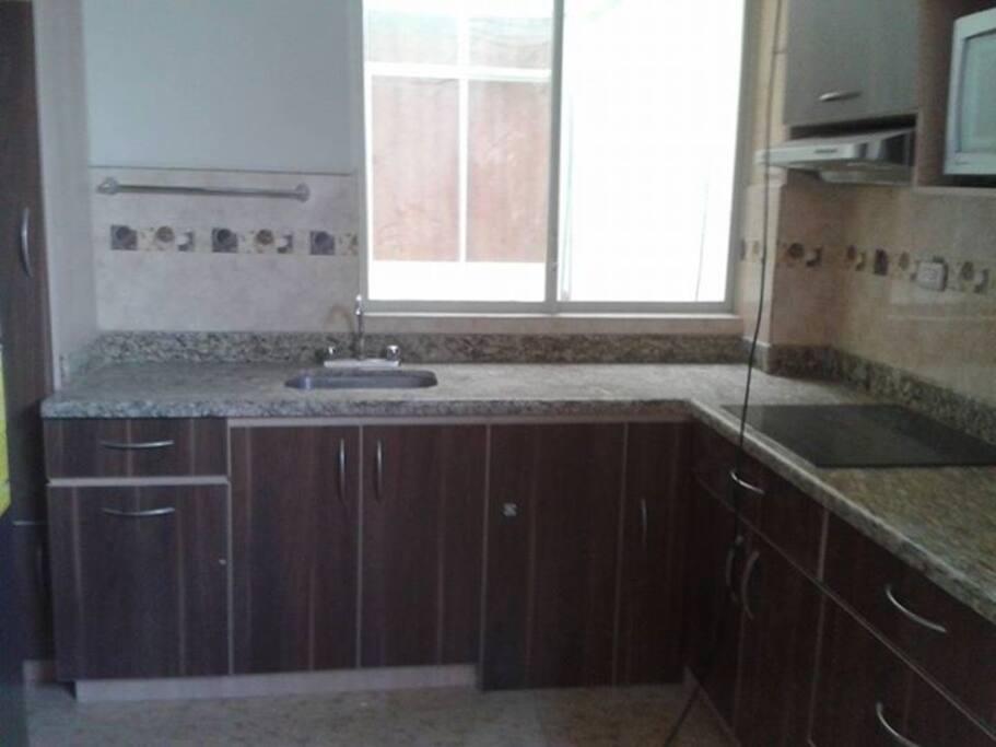 Cocina totalmente amoblada incluye todos los electrodomésticos ademas de ollas, vajilla, cubiertos y demás.