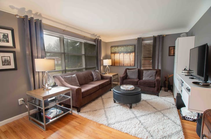NEW PRICING Sophisticated/Center of Metro-Detroit