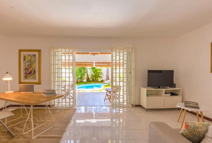 Cosy 2-bedroom, private pool, 1 min walk to beach