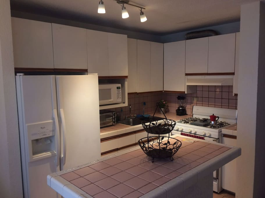 Fully Equipped Kitchen / Cocina Equipada