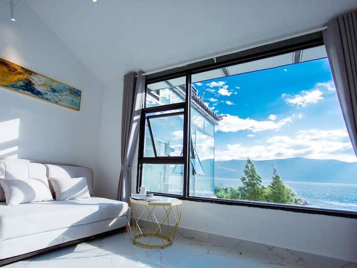 大理洱海边,一线真海景,华丽海景大床房,海景落地窗,出门就是海边,位于景区中心,生活便利