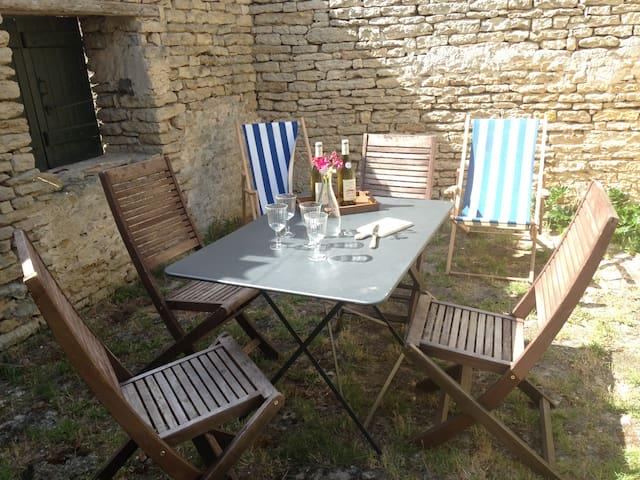 Maison calme, centre village avec jardin naturel