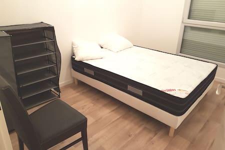 Chambre disponible dans un grand appartement