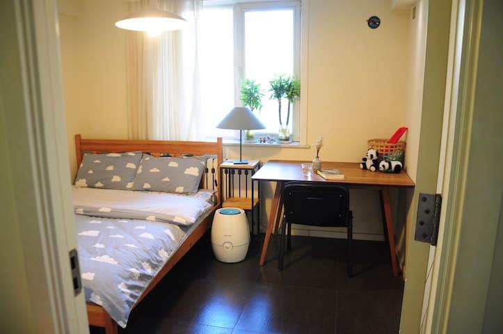 公寓大次卧(三室一厅一卫,独立房间,共用洗手间