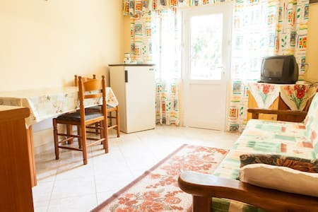 Affordable Apartment Near Center - Sarande - 一軒家