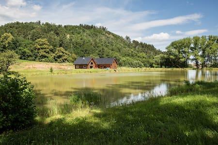 Srub s rybníkem na absolutní samotě - Králův Dvůr - Mökki
