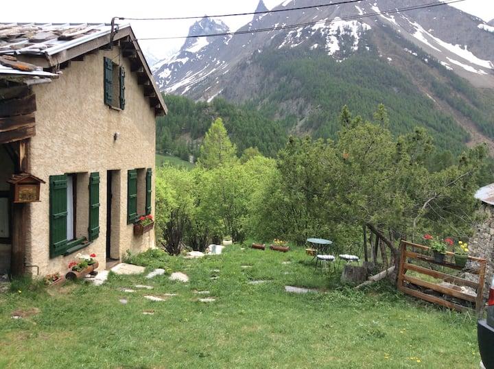 petite maison de montagne isolée en pleine nature