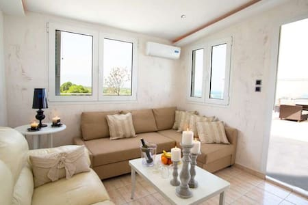 Penthouse Suite with Outdoor Jacuzzi & Sea View - Larisa - Bed & Breakfast - 1