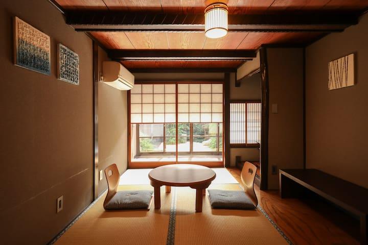 Japanese style room with garden view We will support your pleasant trip. 我们将支持您愉快的旅行。 Nous allons soutenir votre voyage agréable. Wir werden Ihre angenehme Reise unterstützen. سندعم رحلتك اللطيفة.   Lovely garden court.