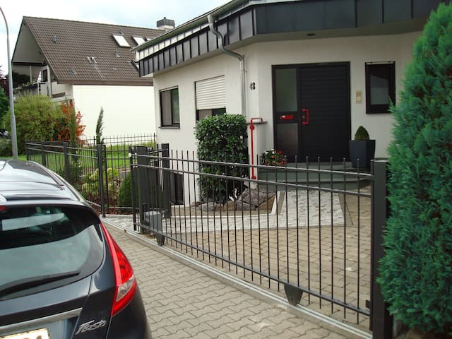 Nice, quiet room with bathroom and kitchen - Seligenstadt - Huis