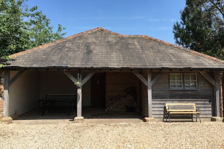 Self contained Cottage near the beach and Goodwood