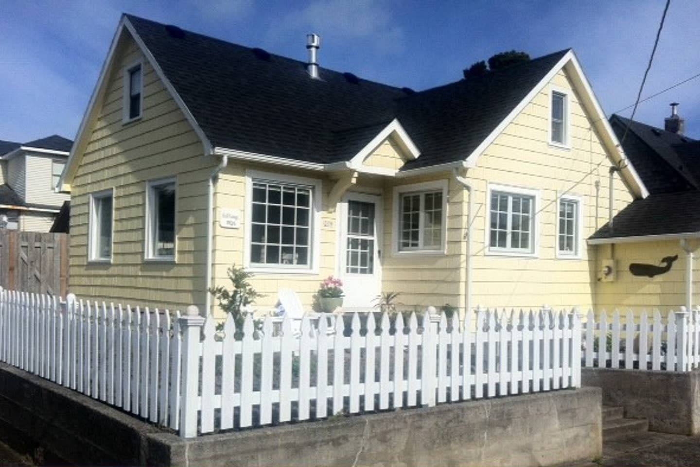 Such personality for a little cottage both inside and out. Light and bright. Close to beach and all the fun. Park your car and totally relax. Even the banks and the tiny post office are within a couple of blocks.