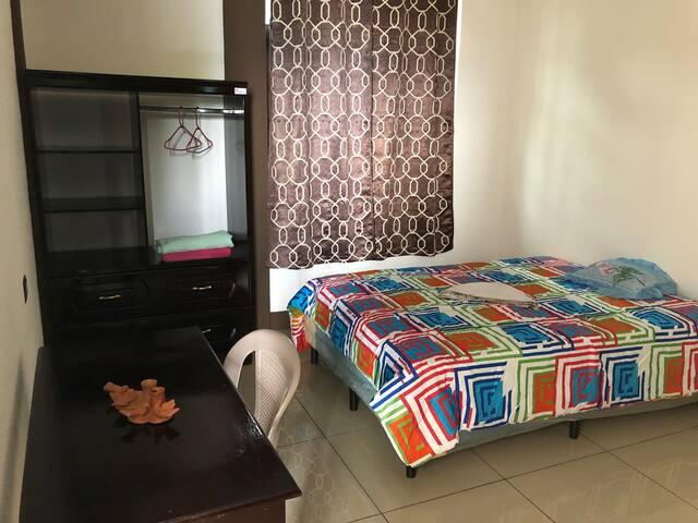 Esta es una de las habitaciones, que cuenta con 1  cama, mesa, silla, closet.