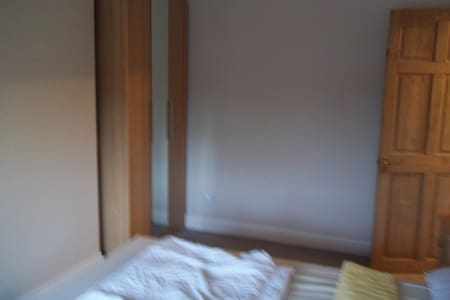 Large double bedroom, 20 mins by train to London - Rainham - Casa