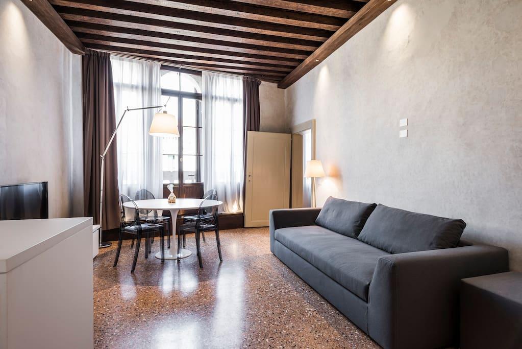 MyPlace Campo Santa Margherita Balcony Apartment-  cucina con angolo cottura e soggiorno
