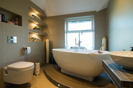Lovely room, private bathroom, breakfast