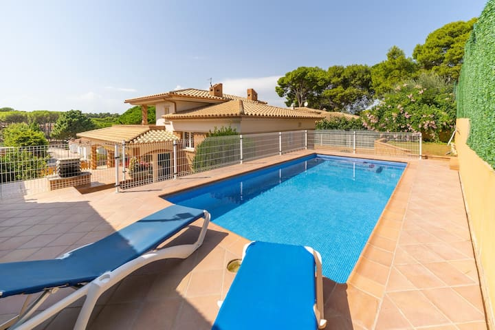 Eugenia: Villa for rent with swimming pool at 450 m from the beaches