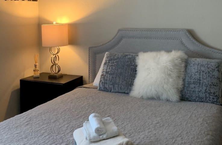 Ocean room Queen bed, sleeps 4