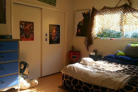 Private Bedroom, Fido welcome :) - Los Alamitos - House