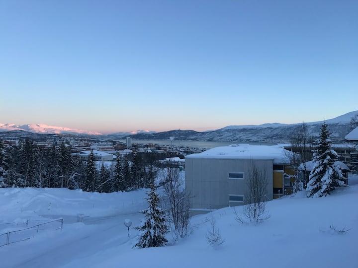 Panoramautsikt med flott uteplass  midnattsol