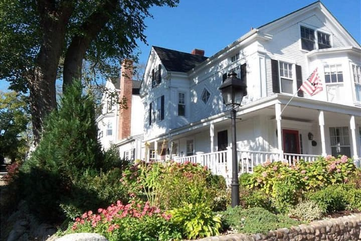 Spacious and Gracious 1843 Sea Captain's House - Tisbury - Квартира