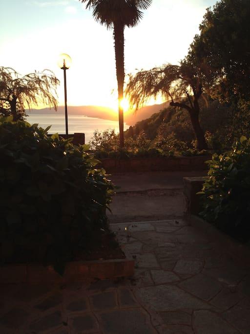 Vista mare dal giardino al tramonto