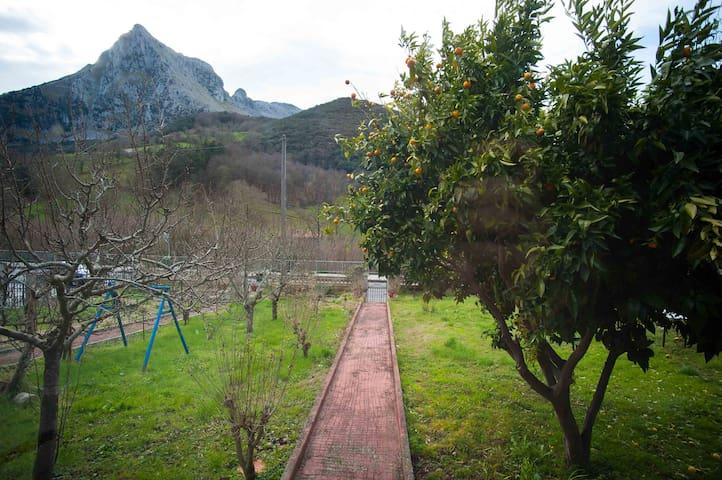 Casa con terreno y buenas vistas - Ramales de la Victoria - บ้าน