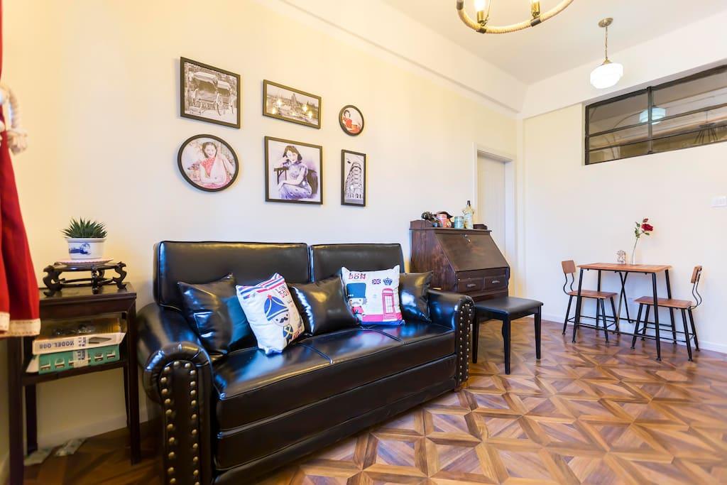宽敞的客厅,大沙发和餐桌,找到家的感觉