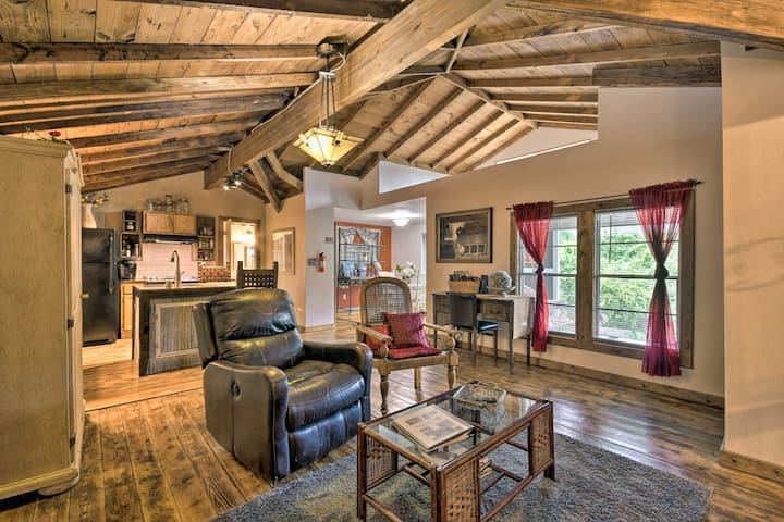 NEW! Rustic Chic Home ~1 Mi to Dtwn Hot Springs!