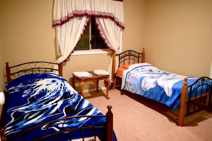 2x Single Beds In Countryside Gold Coast (Front)