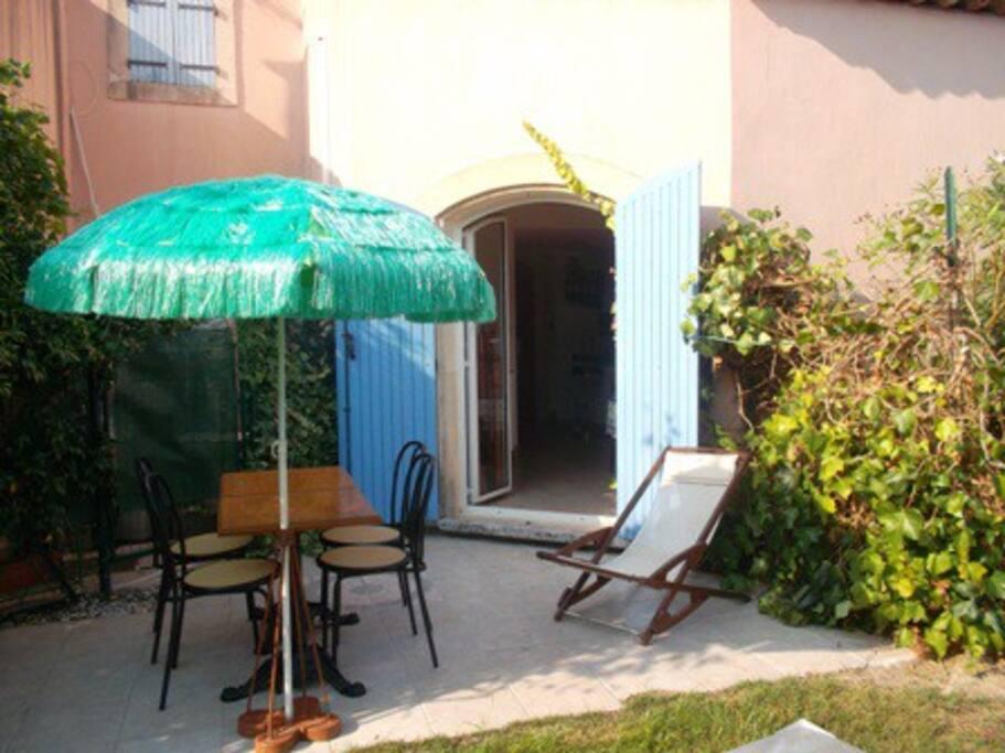 rez de jardin  avec mobilier extérieur