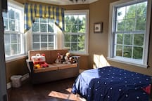 Adjoining Kids room with a single bed, Super clean, Comfortable high-quality bed, garden and sunset view, Quiet neighborhood, Family guest House up to 9, Fully Equipped, Close to downtown and ski station, Close to lake and swimming pool, Bike Trail