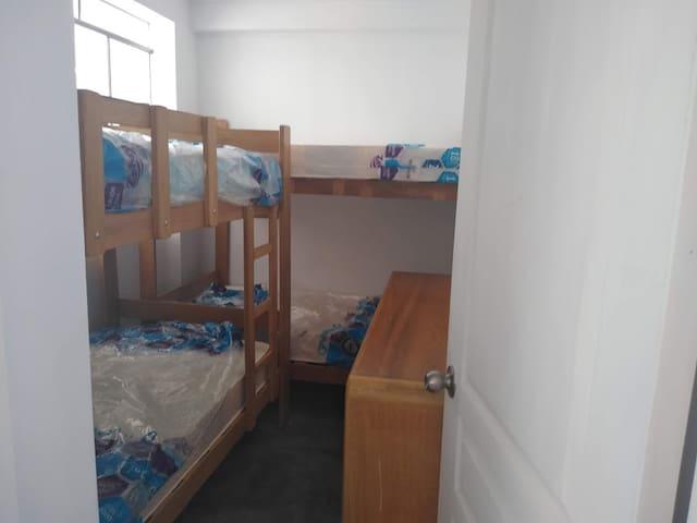 Dormitorio #2, equipado con dos camarotes de plaza y media y cómoda.