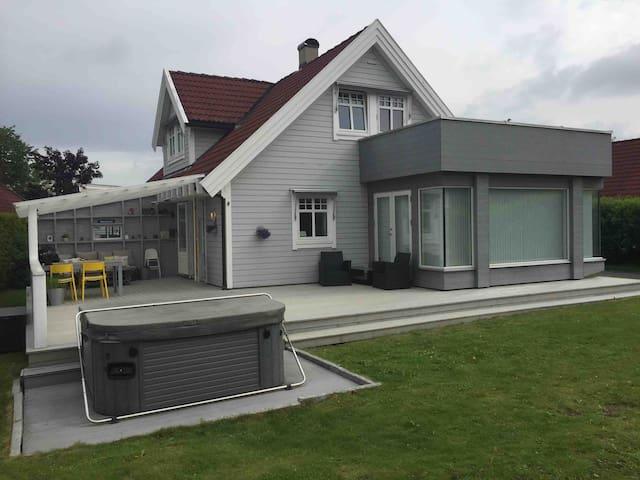 Enebolig med garasje. 40 minutter m/ buss til Oslo