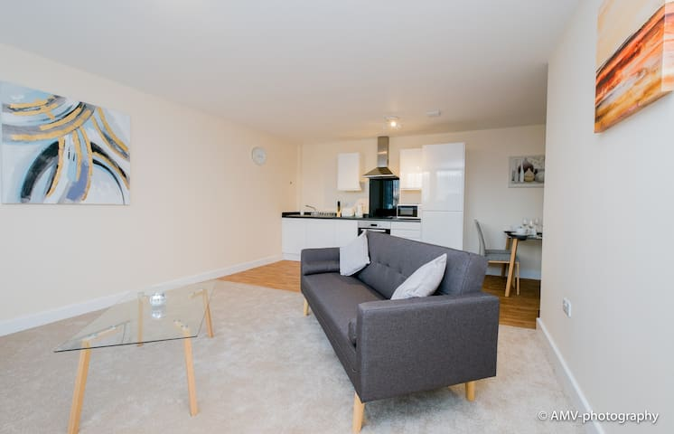 Modern 2 Bedroom Serviced Apartment - Dudley