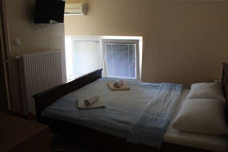 Soba br.2. sa bračnim kre. za 2 osobe  bez doručka