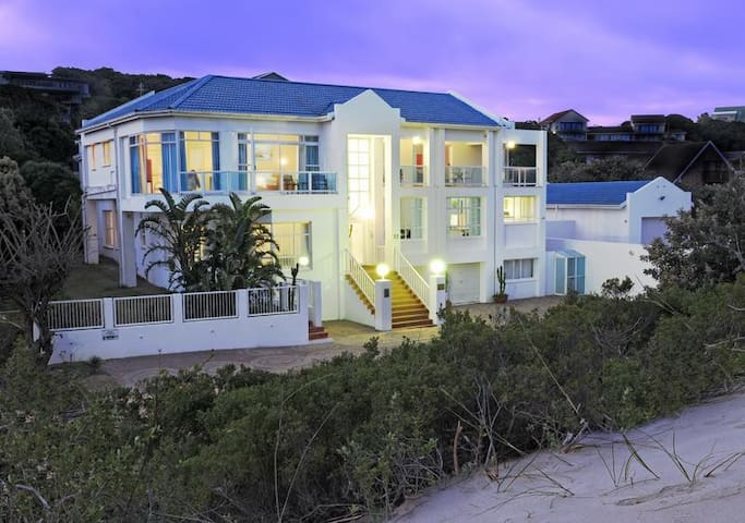 Situated on the beach front and in walking distance from the pier and restaurants. 3 min away from the Royal Port Alfred Golf course.