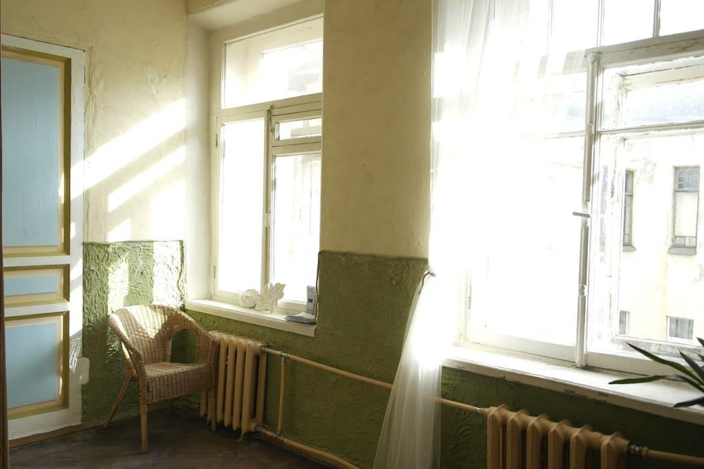 В комнате есть светлое уютное пространство для отдыха.